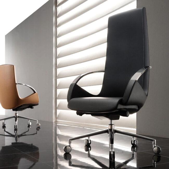Moon-sedia-con-rotelle-in-pelle-nera-e-marrone-sedute-per-ufficio-direzionale