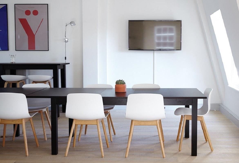 tavolo e sedie per ufficio con stile arredamento moderno