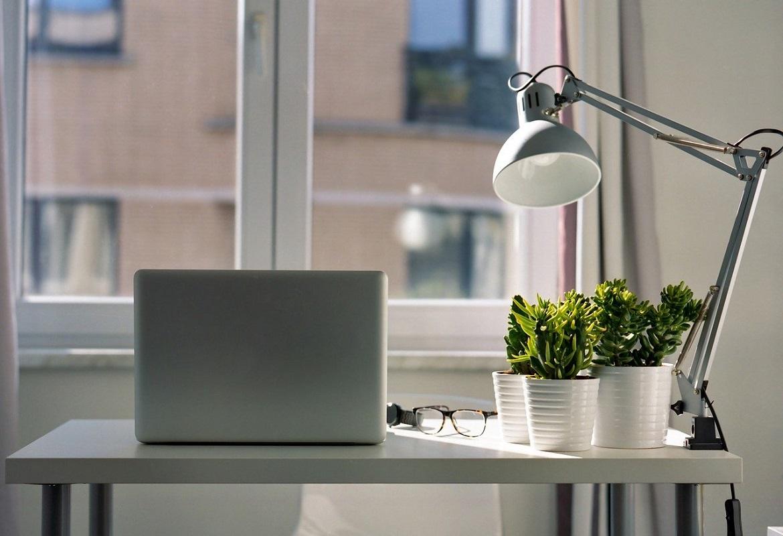 vendita e installazione mobili per ufficio - scrivania elampada per ufficio